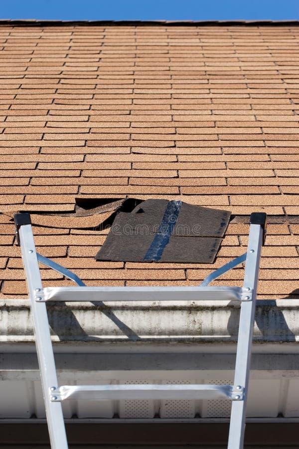 Réparation de toiture image stock