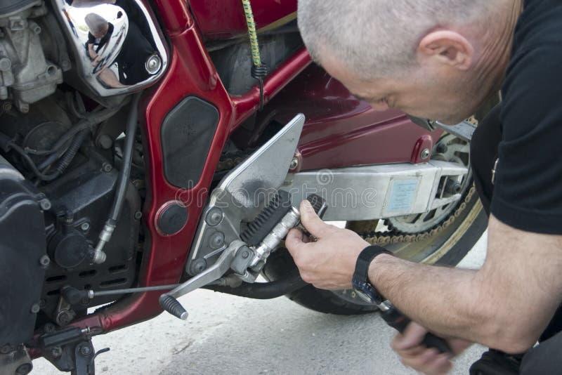Réparation de vélo photographie stock