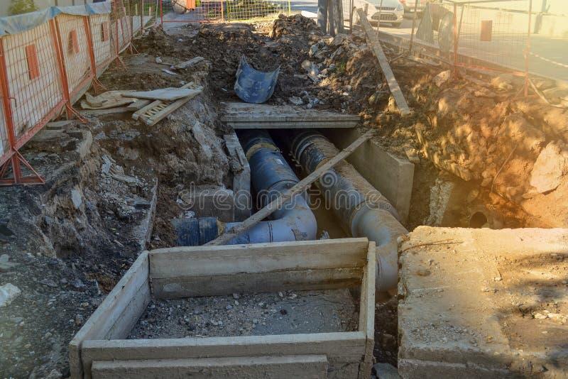 Réparation des systèmes de chauffage d'ingéniérie souterraine photos stock