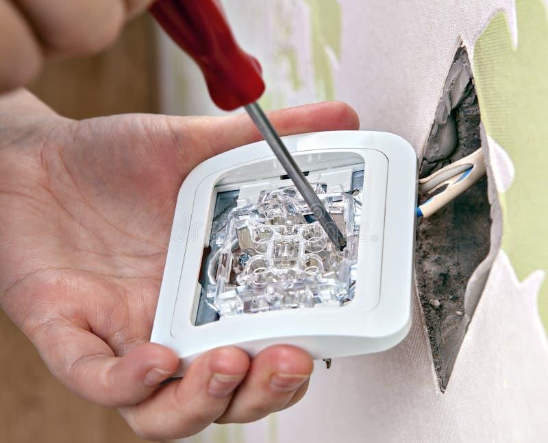 Réparation du câblage à la maison, installant un nouvel interrupteur de lampe, plan rapproché photo libre de droits