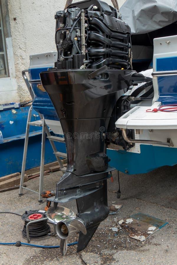 Réparation du moteur du canot automobile photos stock