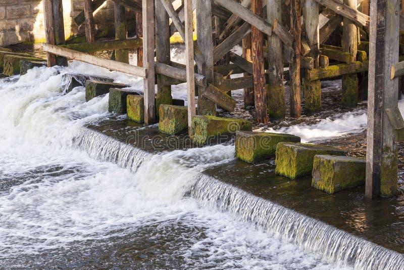 Réparation du vieux barrage photo libre de droits