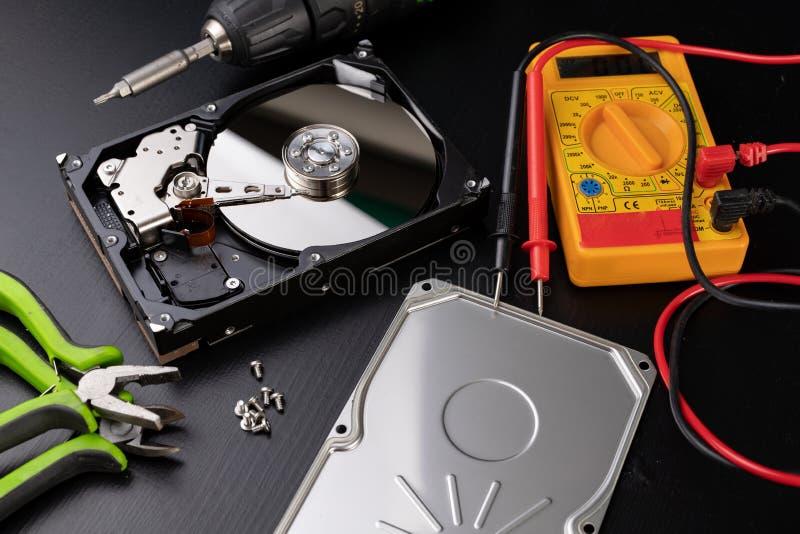 Réparation et diagnostics de disque dur Service des pièces d'ordinateur dans l'atelier photos libres de droits