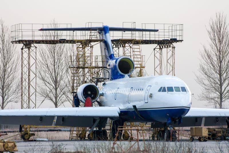 Réparation et entretien des avions de transport de passagers sur la base technique d'aviation image stock