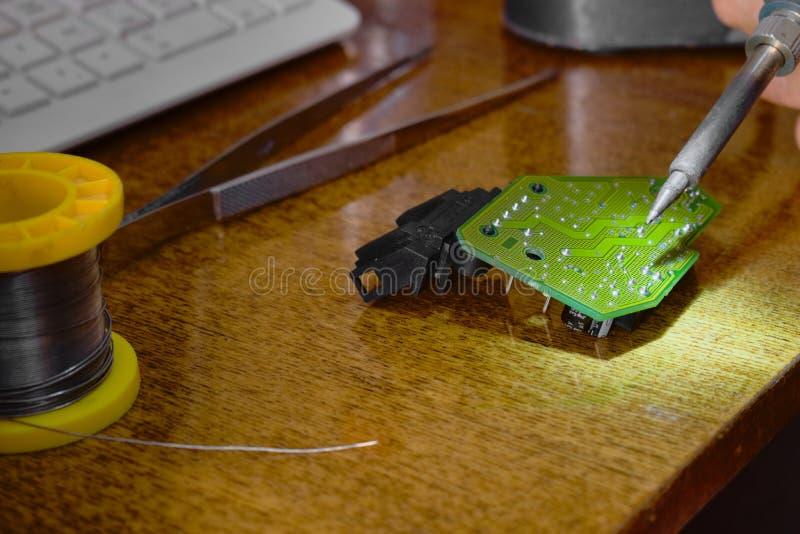 Réparation et remplacement d'appareil électronique de composants électroniques photographie stock libre de droits