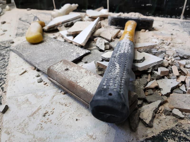 Réparation - le bâtiment avec des outils martèlent, marteau de forgeron, fendoir et un couteau avec des tessons de tuile images stock