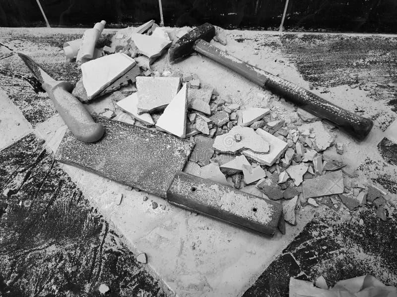 Réparation - le bâtiment avec des outils martèlent, marteau de forgeron, fendoir et un couteau avec des tessons de tuile photos libres de droits