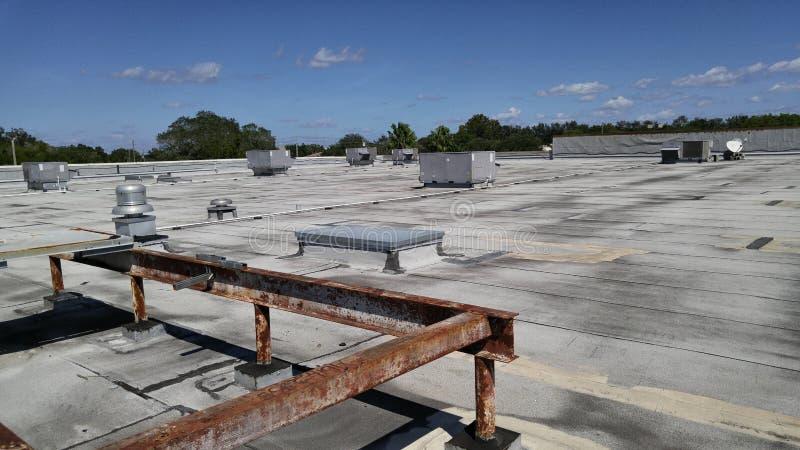 Réparations commerciales plates de toit sur le toit plat lisse modifié lisse images libres de droits