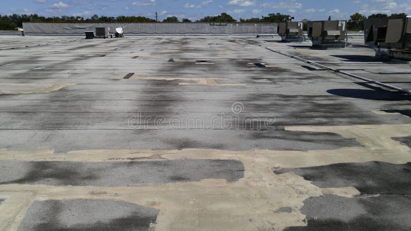 Réparations commerciales plates de toit sur le toit plat lisse modifié lisse photographie stock