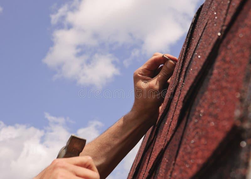 Réparations de toit image stock
