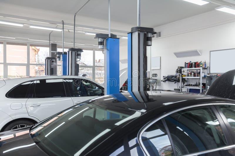 Réparations de voiture en service photo stock