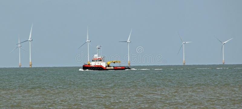 Réparations en mer de champ d'éoliennes image libre de droits
