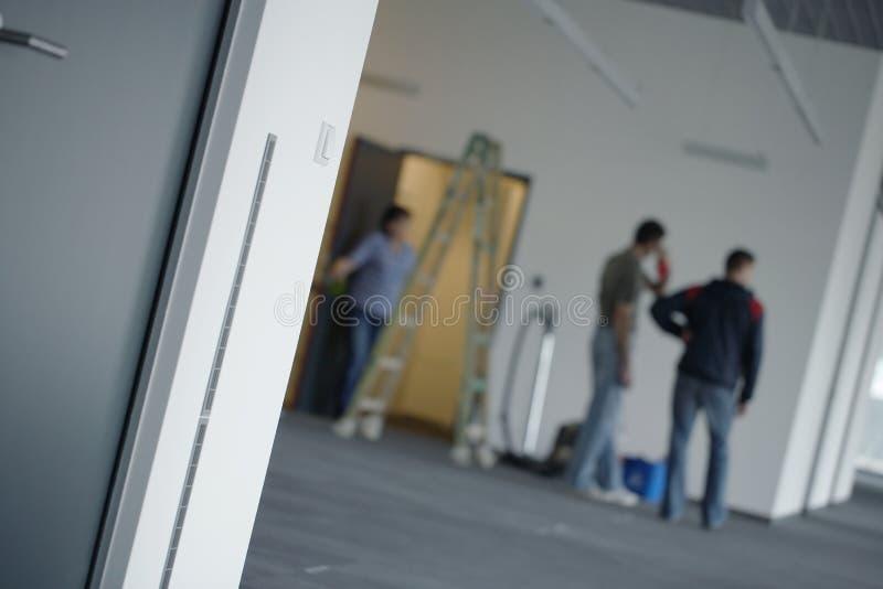 Réparations ou nettoyage d'immeuble de bureaux photo stock