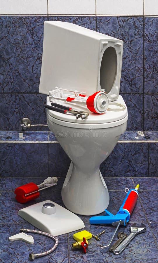 Réparez la toilette cassée photographie stock libre de droits