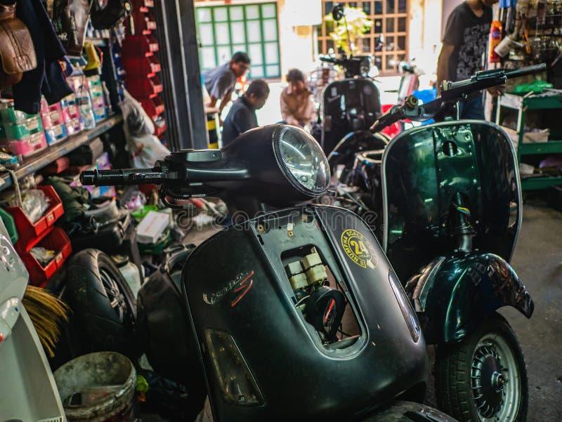 Réparez le nouveau vespa et la moto classiscal photographie stock libre de droits