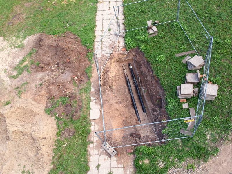 Réparez le système de chauffage avec le tuyau en parc, vue aérienne images libres de droits