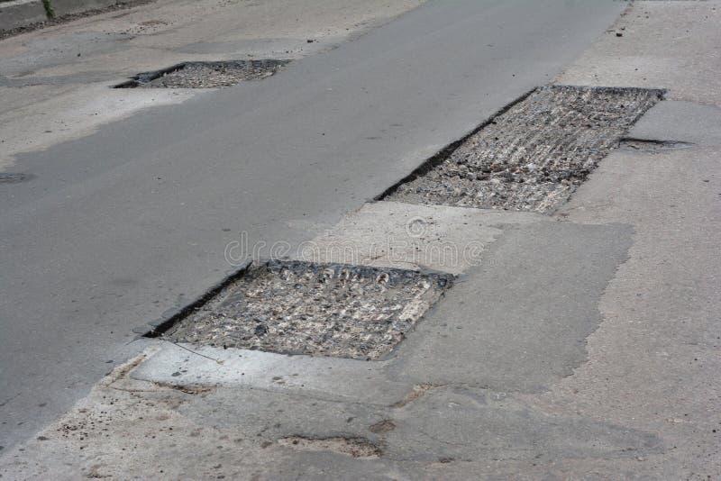 Réparez le trottoir et étendre la méthode de raccordement de nouvel asphalte dehors Réparation de route, trottoir d'asphalte images libres de droits