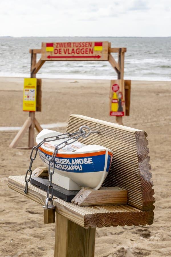 Réplica da canoa de salvação dos cavalos na praia da ilha Ameland imagens de stock
