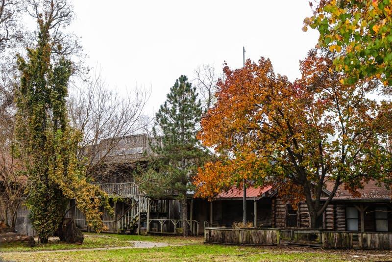 Réplica da cidade da fronteira de Abandonded com construções de log no outono imagem de stock royalty free