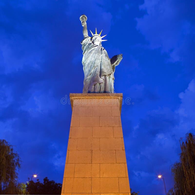 Réplica da estátua da liberdade em Paris fotografia de stock