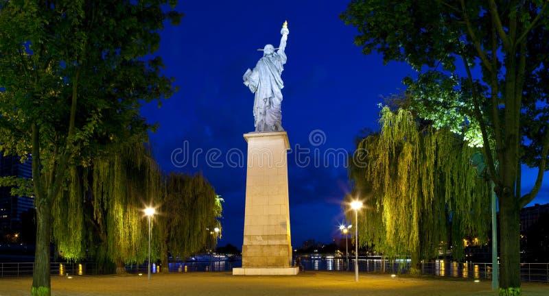 Réplica da estátua da liberdade em Paris imagens de stock royalty free