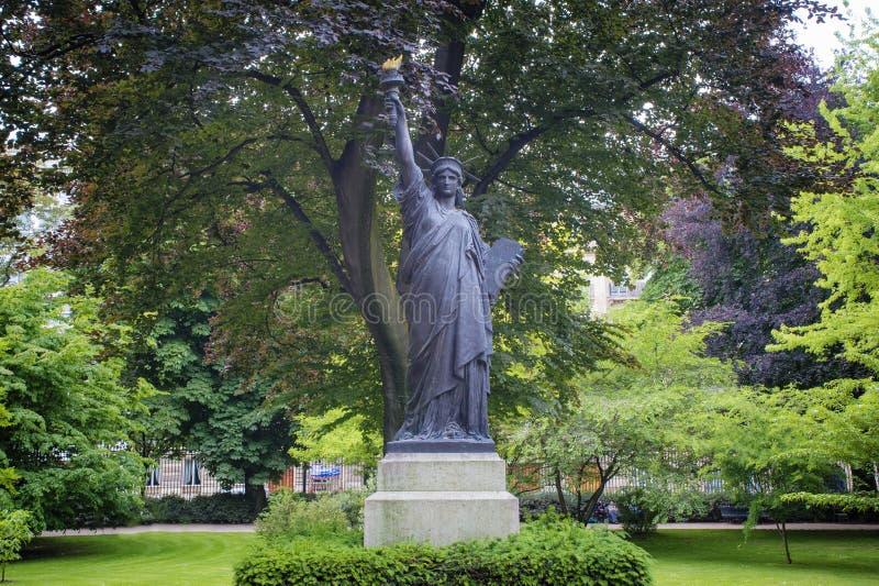 Download Réplica Da Estátua Da Liberdade, Paris Foto de Stock - Imagem de jardim, europa: 29832352