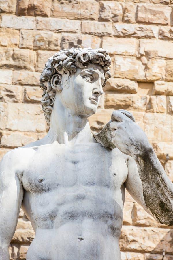 A réplica da estátua de David por Michelangelo colocou no della Signoria da praça em Florença foto de stock royalty free