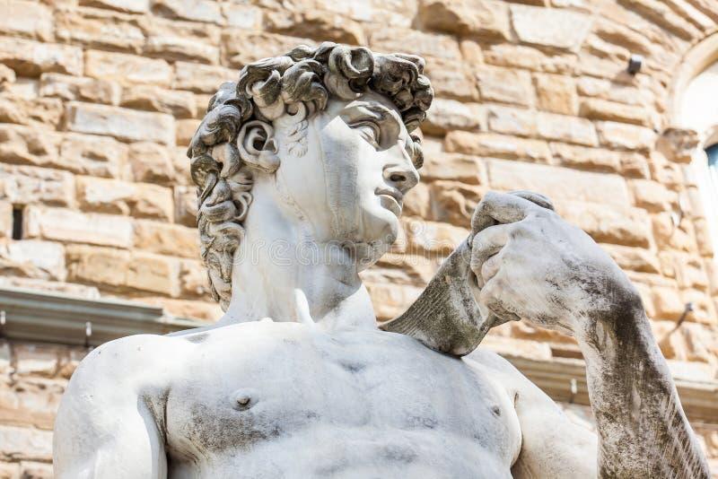 A réplica da estátua de David por Michelangelo colocou no della Signoria da praça em Florença fotos de stock
