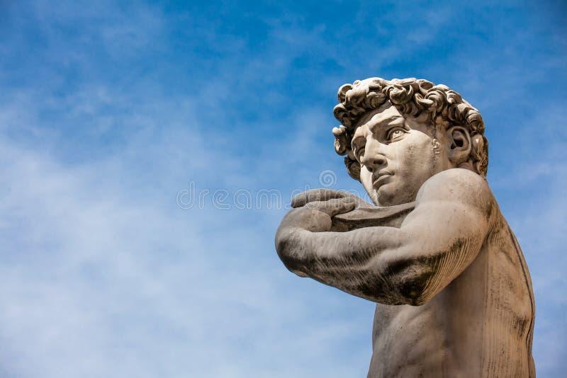 A réplica da estátua de David por Michelangelo colocou no della Signoria da praça em Florença fotografia de stock royalty free