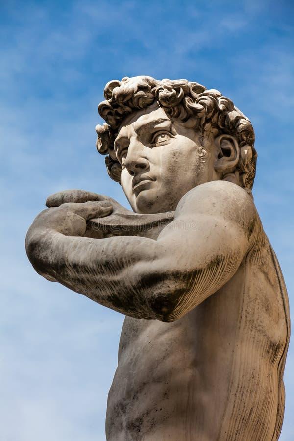 A réplica da estátua de David por Michelangelo colocou no della Signoria da praça em Florença imagem de stock