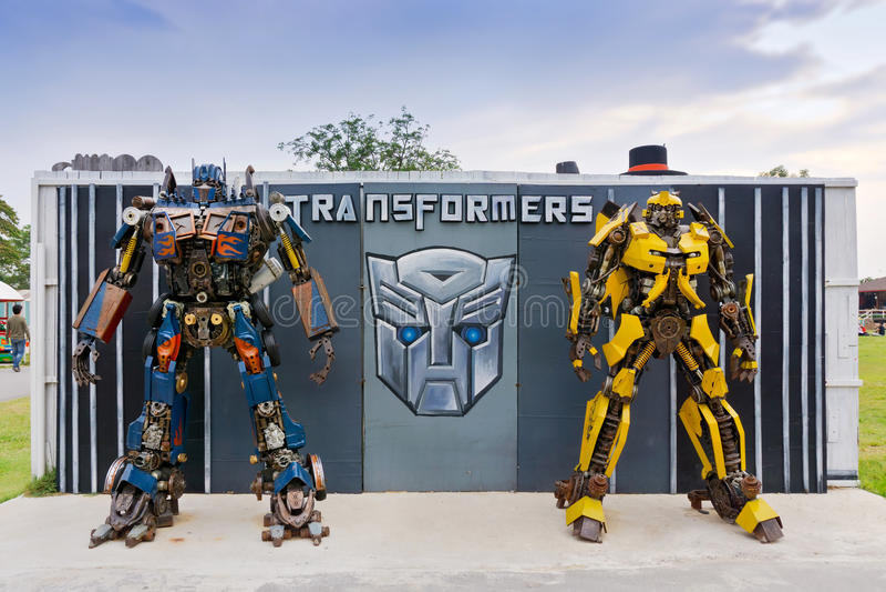 A réplica da estátua do robô dos transformadores foto de stock royalty free