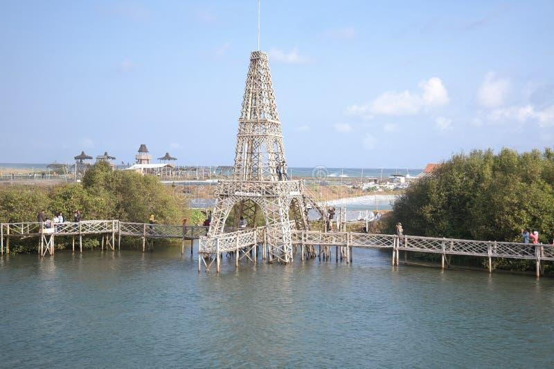 Réplica da torre Eiffel na área da floresta dos manguezais, praia de Congot, Yogyakarta imagens de stock
