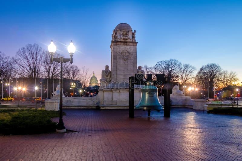 Réplica de Liberty Bell na frente da estátua na noite - Washington da estação e do Christopher Columbus da união, D C , EUA foto de stock royalty free