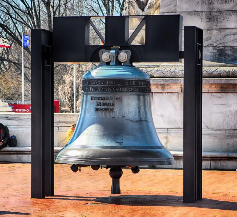 Réplica de Liberty Bell na frente da estação da união na C C foto de stock