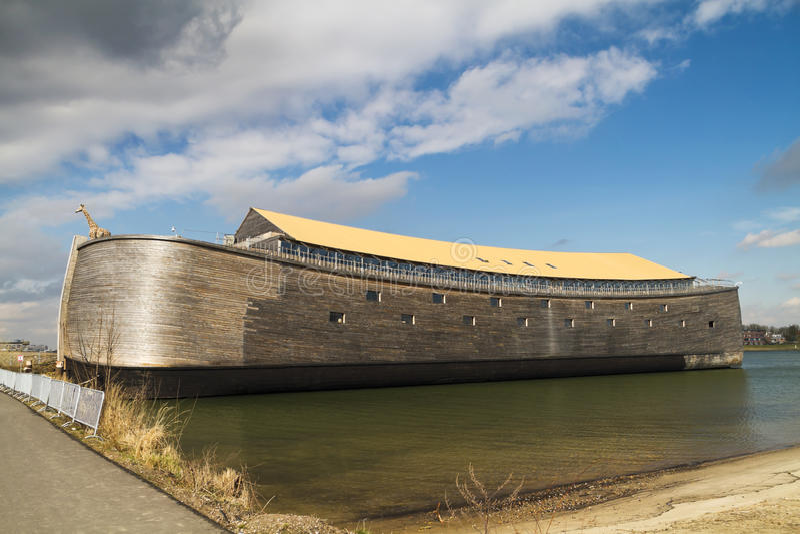 Réplica de madeira sem redução da arca de Noahâs foto de stock