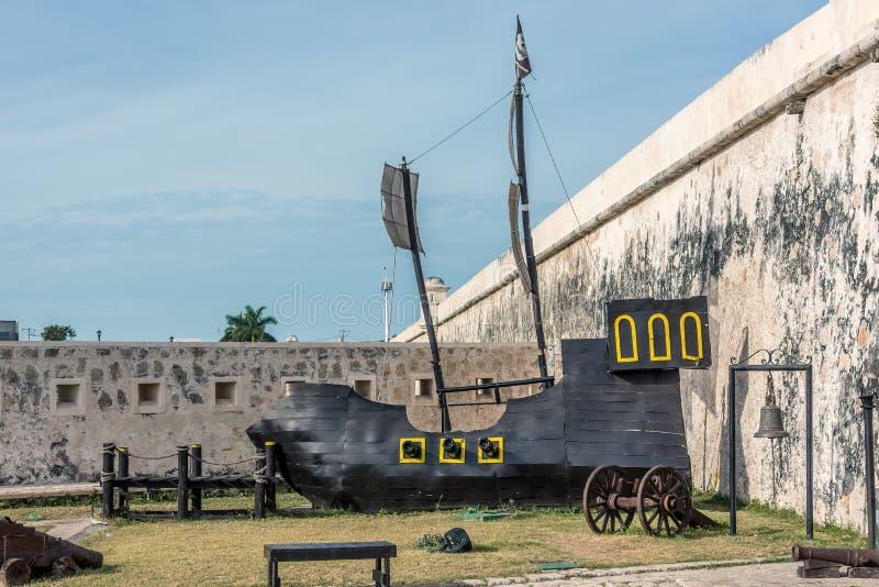 Réplica de madeira de um navio velho da vela em Campeche, México imagem de stock