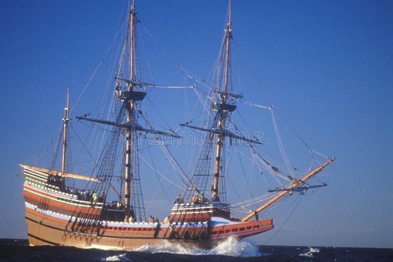 Réplica de Mayflower II no mar, Massachusetts imagens de stock