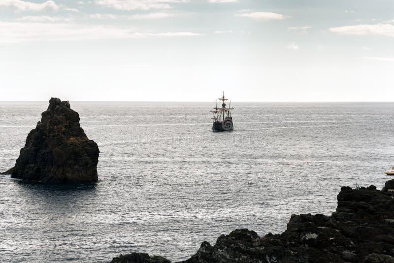 Réplica de um caravel velho nas costas da ilha de Madeira fotos de stock