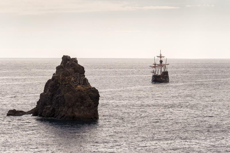 Réplica de um caravel velho nas costas da ilha de Madeira imagem de stock