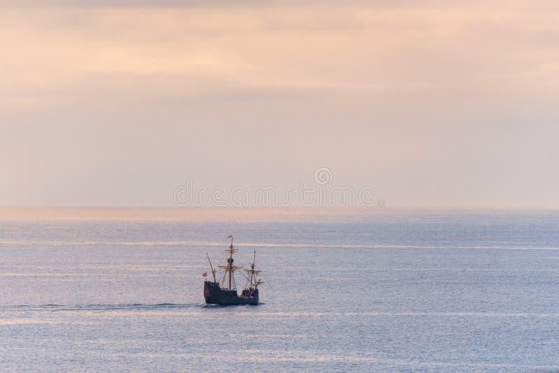 Réplica de um caravel velho nas costas da ilha de Madeira fotografia de stock