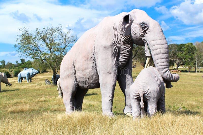 Réplica de um mamut no parque jurássico Baconao fotos de stock royalty free