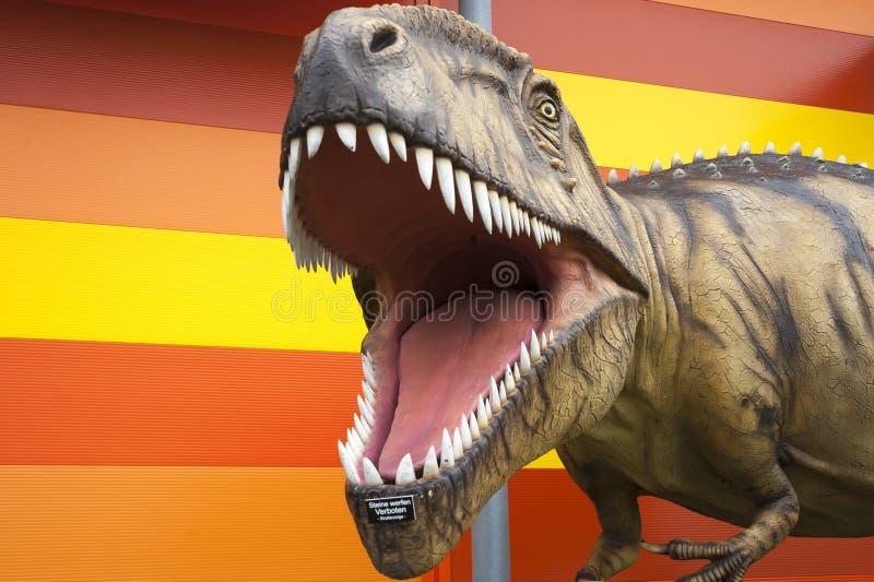 Réplica de um tiranossauro foto de stock
