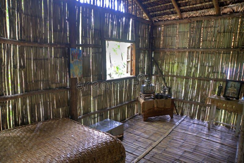 Réplica de uma sala da cabana da selva imagens de stock
