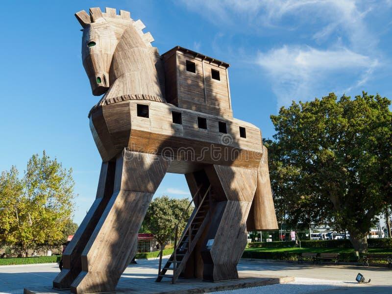 Réplica do cavalo de troia de madeira na cidade antiga de Troy, Turquia imagens de stock