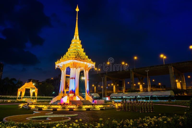 A réplica do crematório real de seu rei atrasado Bhumibol Adulyadej construído para o funeral real em BITEC - interno da majestad imagens de stock royalty free