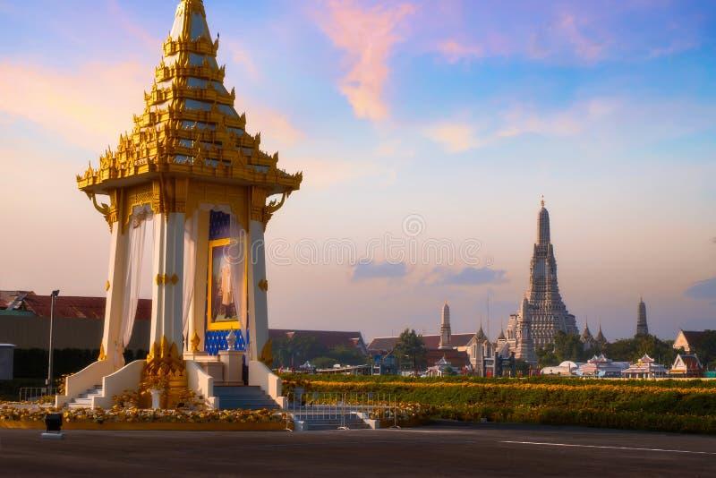 A réplica do crematório real de seu rei atrasado Bhumibol Adulyadej da majestade construído para o funeral real no parque de Naka imagem de stock