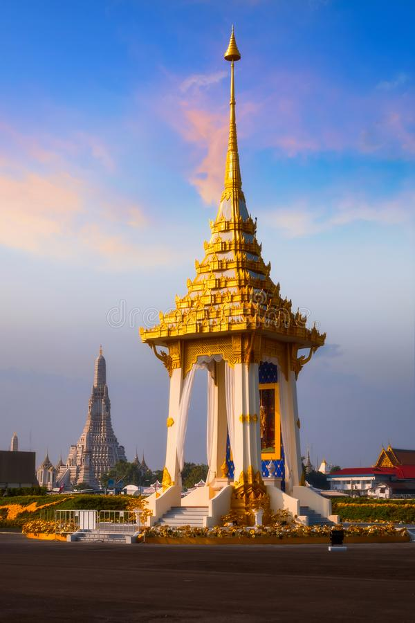 A réplica do crematório real de seu rei atrasado Bhumibol Adulyadej da majestade construído para o funeral real no parque de Naka foto de stock royalty free