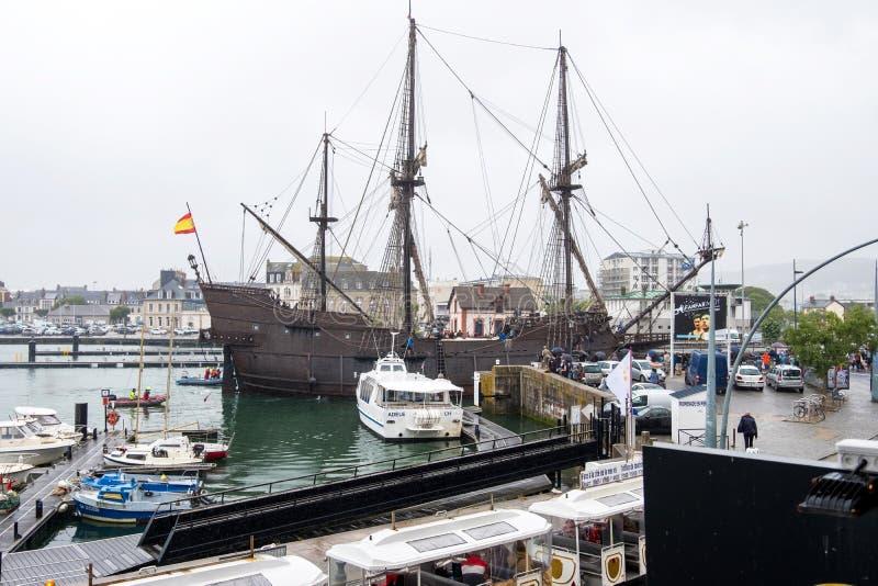 A réplica do galeão espanhol um EL do século XVI Galeon Andalucia no porto da cidade de Cherbourg, França foto de stock royalty free