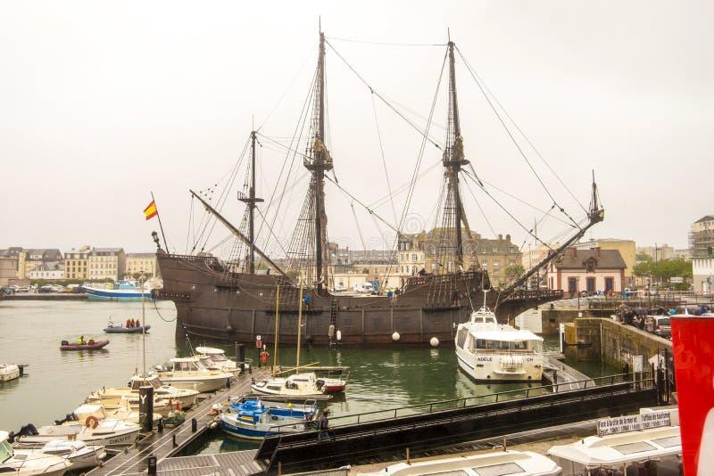 A réplica do galeão espanhol um EL do século XVI Galeon Andalucia no porto da cidade de Cherbourg, França fotos de stock royalty free