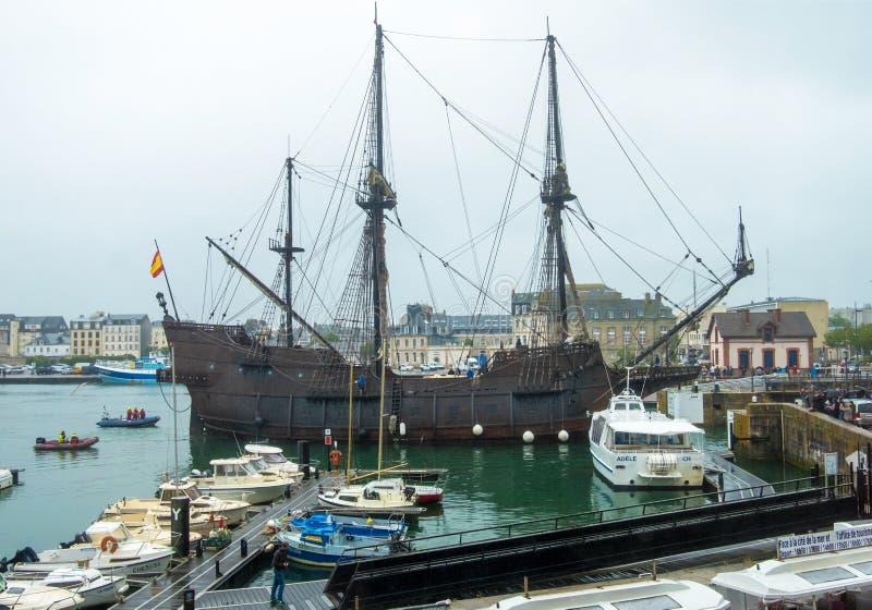 A réplica do galeão espanhol um EL do século XVI Galeon Andalucia no porto da cidade de Cherbourg, França foto de stock